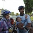 زوج دوچرخه سوار مشهدی با فرزند ۹ ماهه شان به نکا رسیدند/ فیلم و عکس